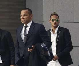 Pai de Neymar confessa que está a conversar com o PSG para renovar o contrato do filho. EFE
