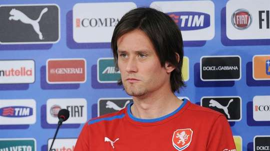 Czech Republic captain Tomas Rosicky has been ruled out of the rest of Euro 2016. EFE/Archivo