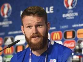 El medio islandés Aron Gunnarsson speaks en el Stade Velodrome de Marseille, Francia. EFE/EPA