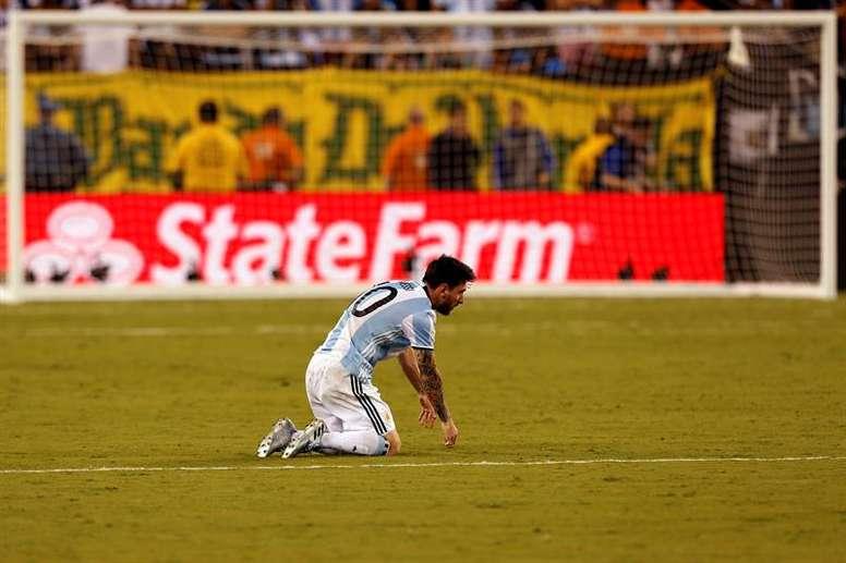 El futbolista argentino Lionel Messi reacciona después de caer derrotado en la final de la Copa América Centenario ante Chile, en el MetLife Stadium, en East Rutherford, New Jersey, Estados Unidos, el 26 de junio de 2016. EFE