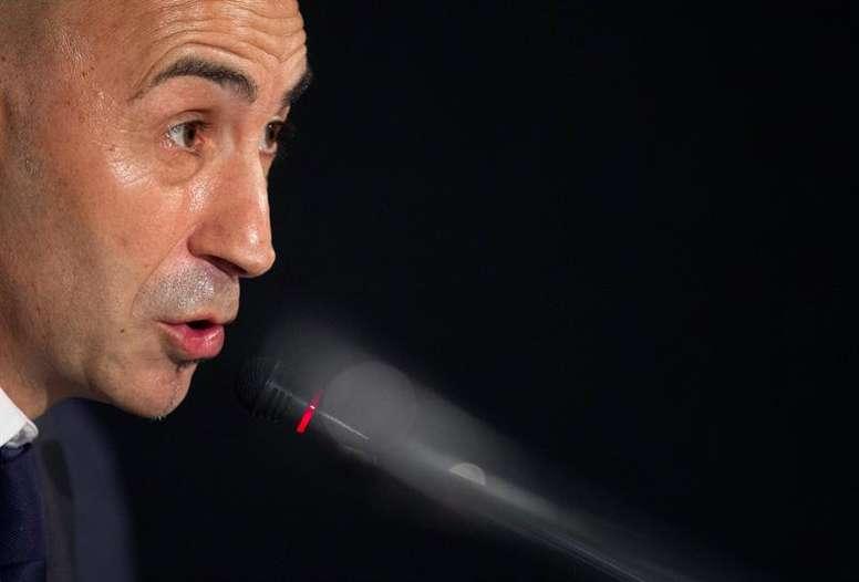 El técnico valencianista quiere renovar su defensa. EFE