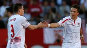 El jugador del Sevilla Kevin Gameiro (i) felicita a su compañero Yehven Konoplyanka tras marcar un gol. EFE/Archivo