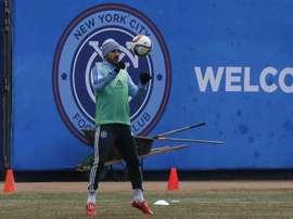 El futbolista español David Villa patea un balón durante un entrenamiento del equipo New York City Football Club. EFE/Archivo