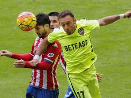 El centrocampista del Levante Jordi Xumetra (d) lucha un balón con el centrocampista del Sporting Nacho Cases (i), durante un partido. EFE/Archivo
