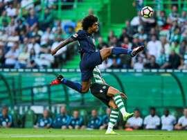 El jugador del Sporting CP Islam Slimani (detrás) en una jugada con el brasileño Dante Santos (delante) del Wolfsburgo durante un partido amistoso en el Estadio de Lisboa, Portugal. EFE/Archivo