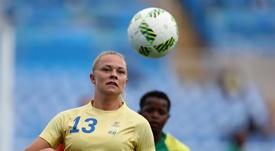 La jugadora de Suecia Fridolina Rolfo (i) en acción ante Sudáfrica hoy, miércoles 3 de agosto de 2016, durante el partido disputado por la primera ronda del fútbol olímpico femenino de los Juegos Olímpicos Río 2016, en el estadio Olímpico Engenhão, en Río de Janeiro, Brasil. EFE