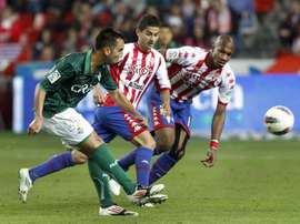 El jugador del Betis, Nono (i), golpea el balón ante los jugadores del Sporting de Gijón, Gregory (d) y Nacho Cases, durante un partido. EFE/Archivo
