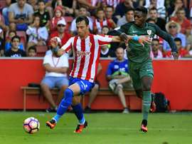 Williams (R) in action against Sporting Gijon. EFE