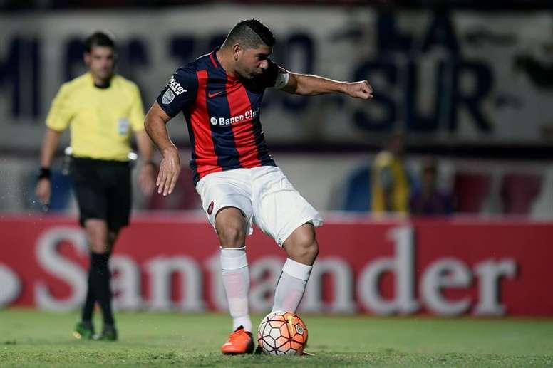El jugador de San Lorenzo Nestor Ortigoza patea la pelota. EFE/Archivo