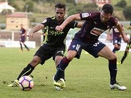 El defensa brasileño del Sporting de Gijón, Douglas Pereira (i) pelea por el balón con el defensa del Eibar, Anaitz Arbilla durante el partido amistoso que han disputado hoy en la localidad cántabra de Barreda (Torrelavega). EFE