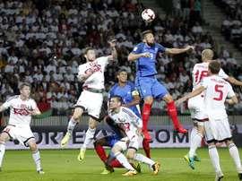 Los jugadores de Francia Olivier Giroud (3d) y Raphael Varane (4d) disputan el balón con Sergei Politevich (5d) y Mikhail Sivakov (7d) de Bielorrusia hoy, martes 6 de septiembre de 2016, durante el juego clasificatorio al Mundial Rusia 2018 que disputan Bielorrusia y Francia, en Borisov, Bielorrusia. EFE