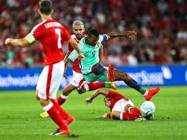 El portugués Nani (c) en acción ante el suizo Valon Behrami (atras) durante el partido del grupo B entre Suiza y Portugal hoy, martes 6 de septiembre de 2016, para la clasificación al Mundial de Rusia 2018 en el estadio St. Jakob-Park en Basel (Suiza). EFE