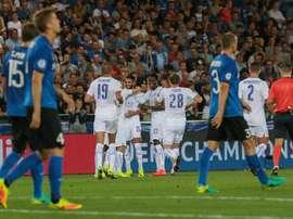Jugadores del Leicester celebran después de anotar el segundo gol durante un partido entre el Brujas y el Leicester por el grupo G de la Liga de Campeones de la UEFA, en el estadio Jan Breydel de Brujas (Bélgica). EFE