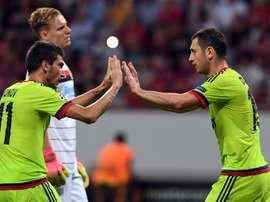 Aleksei Ionov (i) y Alan Dzagoev de CSKA Moscú celebran luego de anotar contra Bayer Leverkusen  durante un partido de la fase de grupos de la Liga de Campeones en Leverkusen (Alemania). EFE