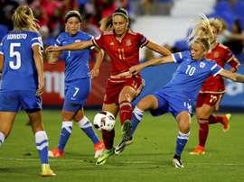 La jugadora de España Alexia Putellas (c) pelea un balón con las jugadoras de Finlandia Koiivisto (i) y Alanen, en partido del preeuropeo femenino que se disputó en el estadio de Butarque. EFE