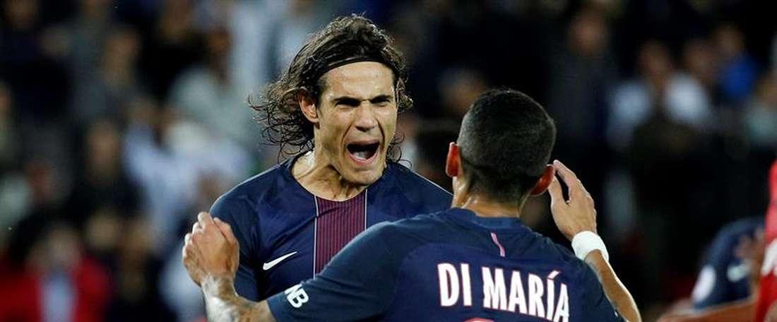El jugador del Paris Saint Germain, el uruguayo Edinson Cavani (i), celebra un gol con su compañero Ángel Di María (d) ante el Dijon  durante el juego de la Liga 1 francesa que se disputó en el estadio Parque de los Príncipes de París, Francia. EFE
