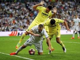 Karim Benzema tombe face à Víctor Ruiz et l'Argentin Mateo Musacchio, du Villarreal. AFP