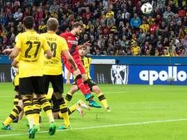 El delantero del Bayer Leverkusen Admir Mehmedi (2-d) logra de cabeza el primer gol del partido de la Bundesliga que han jugado Bayer Leverkusen y Borussia Dortmund en Leverkusen, Alemania. EFE/EPA