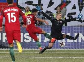 El jugador de Portugal Andre Silva (i) anota un gol ante el arquero Gunnar Nielsen de Islas Feroe durante un juego clasificatorio al Mundial Rusia 2018, que se disputó en el estadio Torvollur de Tórshavn, Islas Feroe. EFE
