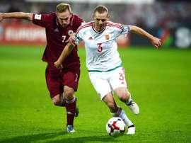 El jugador de la selección de fútbol de Hungría Mihaly Korhut (d) disputa el balón con Aleksejs Visnakovks de Letonia, hoy, lunes 10 de octubre de 2016, durante un partido de clasificación para el Mundial de la FIFA de Rusia 2018 en el estadio Skonto en Riga (Letonia). EFE