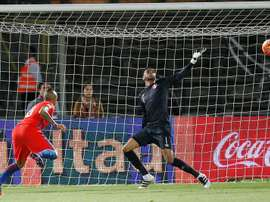 El técnico de Veracruz habló de la existencia de dos ofertas por Gallese. EFE