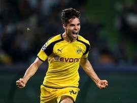 O jogador Julian Weigl renovou recentemente com o Dortmund até 2021. EFE