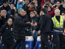 Jose Mourinho salutes Antonio Conte. EFE