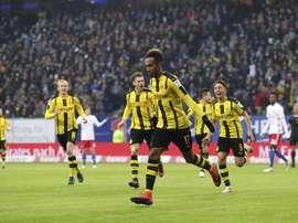 Aubameyang celebra uno de los goles de su 'póker' al Hamburgo. EFE