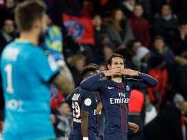El delantero uruguayo del PSG Edinson Cavani (d) reacciona tras marcar el 1-0 durante el partido de la Ligue 1 que ha jugado Paris Saint-Germain (PSG) y Rennes en el Parque de los Príncipes de París. EFE/EPA