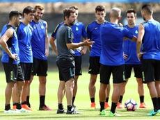 El entrenador del RCD Espanyol, Quique Sánchez Flores, da intrucciones a sus jugadores durante un entrenamiento. EFE/Archivo