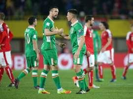 Los jugadores de Irlanda Shane Duffy (3i) y Ciaran Clark reaccionan tras ganar el partido de clasificación para el Mundial de Rusia 2018 en Viena, Austria. EFE