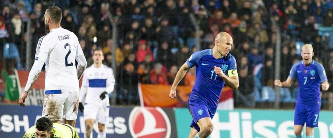 El holandés Arjen Robben (2d) reacciona tras marcar ante Luxemburgo en el estadio Josy Barthel de Luxemburgo. EFE