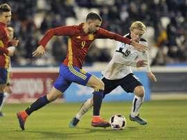 El delantero de la selección española Borja Mayoral (i) y el jugador de Austria, Schlager luchan por el balón durante el partido de Fútbol Internacional Sub 21 que disputaron en el estadio Carlos Belmonte de Albacete. EFE