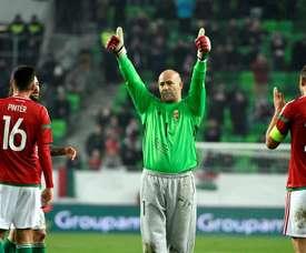 El arquero Gabor Kiraly (c) de Hungría saluda durante un partido amistoso entre Suecia y Hungría, que se disputa en el Groupama Arena en Budapest (Hungría). EFE