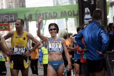 La atleta Alessandra Aguilar, tras proclamarse campeona de España de medio maratón en la prueba Coruña21 en 2014. EFE/Archivo