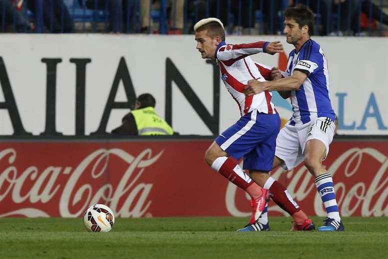 El delantero francés del Atlético de Madrid Antoine Griezmann (i) con el balón ante el centrocampista de la Real Sociedad Markel Bergara. EFE/Archivo