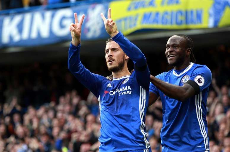 Hazard (L) celebrates a goal with Victor Moses. EFE
