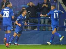 Shinji Okazaki (c) de Leicester celebra con sus compañeros luego de anotar contra Club Brujas  durante un juego del grupo G de la Liga de Campeones UEFA realizado en Leicester (R.Unido). EFE