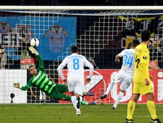 El jugador del Zurich Roberto Rodriguez (d) anota el 1-1 ante el arquero del Villarreal Sergio Asenjo (i) en el partido de la Liga Europa UEFA entre el FC Zurich de Suiza y el Villarreal CF de España, en el estadio Letzigrund de Zúrich. EFE