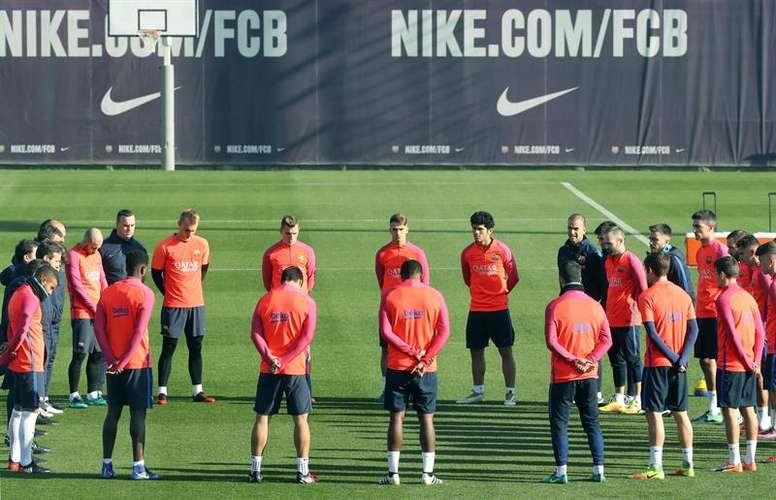 Equipe do Barcelona dedica um minuto de silêncio em treino às vítimas do Chapecoense. Twitter