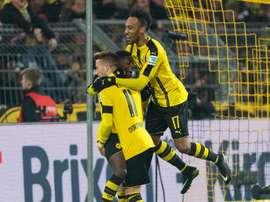 El jugador del Dortmund Ousmane Dembele (c) celebra con sus compañeros de equipo Pierre-Emerick Aubameyang (d) y Marco Reus (i) tras marcar el 3-1 ante el Moenchengladbach en Dortmund, Alemania. EFE