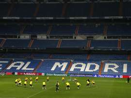 Un momento del entrenamiento que el Borussia Dortmund ha llevado a cabo esta tarde en el estadio Santiago Bernabéu, para preparar el partido de Liga de Campeones que mañana disputarán frente al Real Madrid. EFE