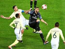 El jugador francés Real Madrid Karim Benzemá (c) regatea ante Rubens Sambueza (izda, detrás), William Da Silva (izda, delante) y Miguel Samudio (d), del Club América, durante el partido de semifinales del Mundial de clubes entre el Real Madrid y el Club América de México en el estadio de Yokohama, en el sur de Tokio (Japón). EFE
