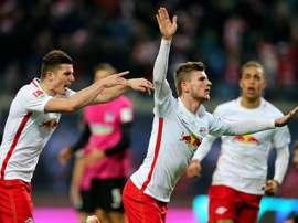 Los jugadores del Leipzig Timo Werner (c), Marcel Sabitzer (l) y Yussuf Poulsen celebra el primer gol del partido que han jugado en la Bundesliga RB Leipzig y Hertha BSC en el Red Bull Arena de Leipzig, Alemania. EFE/EPA