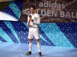 Cristiano Ronaldo con el trofeo de mejor jugador del torneo. EFE