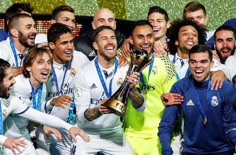 Real Madrid players with the trophy. EFE