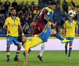 El delantero de la UD Las Palmas, Félix Asdrúbal (delante), intenta realizar un remate de