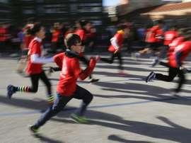 Niños con edades comprendidas entre los 3 y los 15 años toman la salida en la San Silvestre Vallecana Mini, en el barrio de Vallecas. EFE