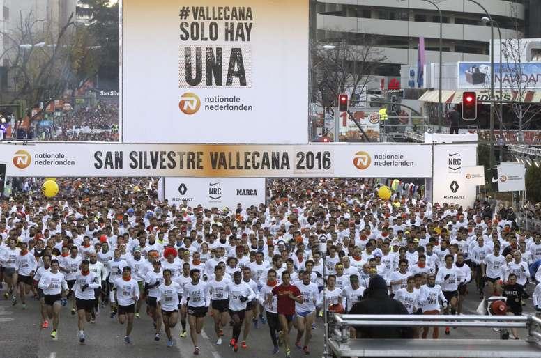 Vista general de la salida de los participantes en la carrera popular de la San Silvestre Vallecana desde el estadio Santiago Bernabeu y que finalizará en el estadio de Vallecas con diez kilómetros de recorrido y en la que participan mas de 40.000 corredores. EFE