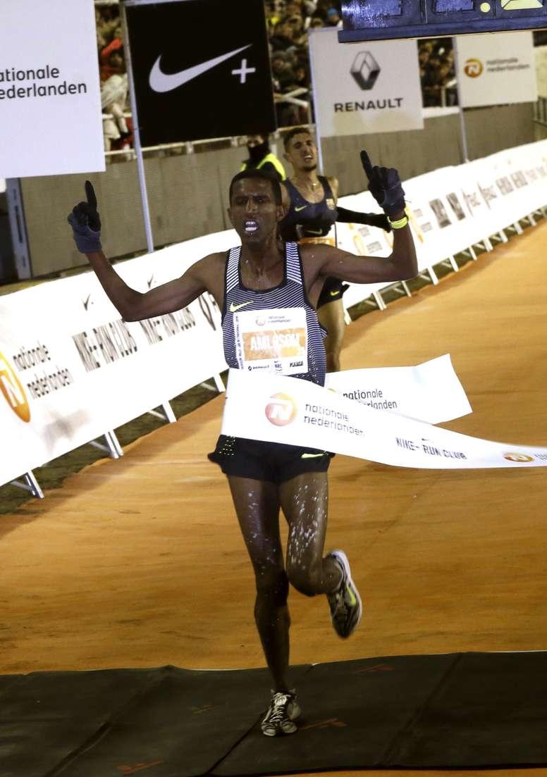 El atleta eritreo Nguse Amloson se proclama vencedor de la carrera internacional de la San Silvestre Vallecana, que ha salido desde el estadio Santiago Bernabeu con meta en el estadio de Vallecas tras diez kilómetros de recorrido. EFE